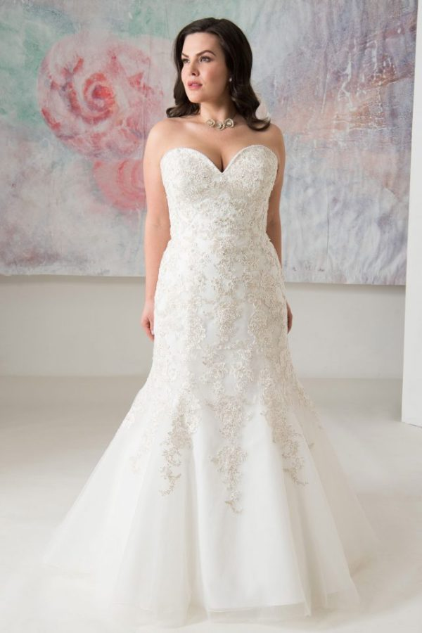Callista Bridal - Wedding dress Kendal with fit n flare silhouette, strapless sweetheart neckline, lace up back and chapel train in ivory/silver