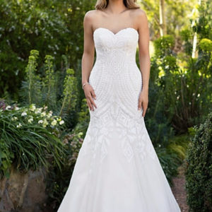Roz La Kelin Bridal - Wedding gown Talvera - mermaid with sweetheart neckline - Front view train in off white front view